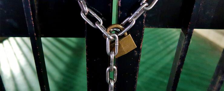 閉鎖された扉と南京錠