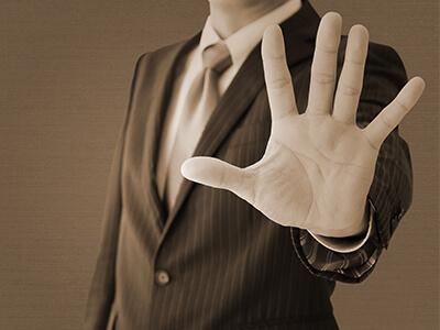 拒否するスーツ姿の男性