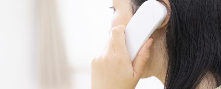 大手会社の電話占いを利用する女性