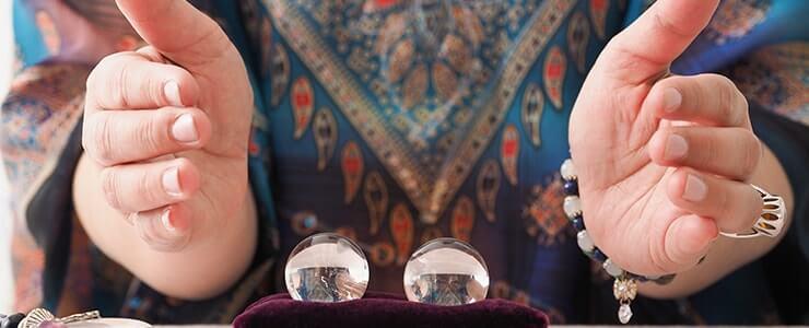 水晶で占う占い師