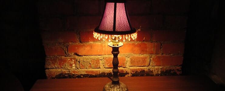 暗い室内で怪しく光るランプシェード