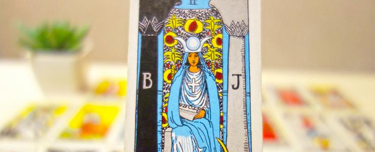 未来を暗示するタロットカードの女教皇
