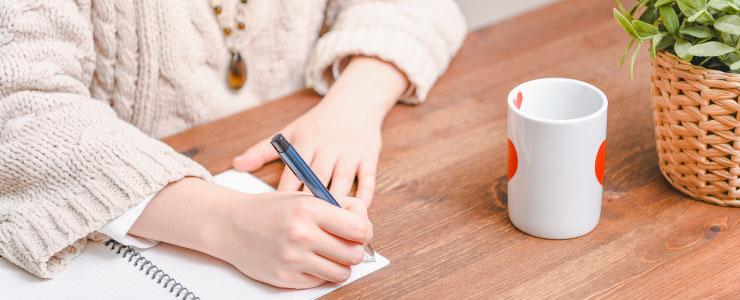 通信講座で占いの勉強をする女性