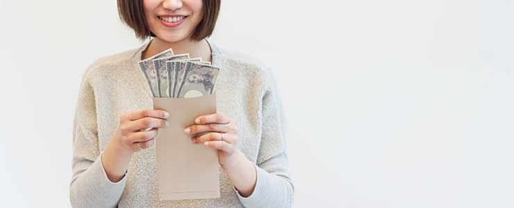 給料を受け取り笑顔の女性