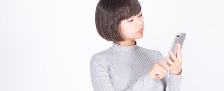 サイトを熟読して電話占いを利用する女性