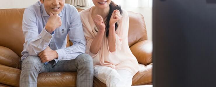占い番組を見て楽しむ夫婦